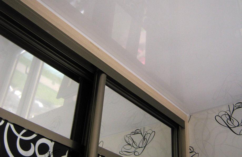 Встроенный шкаф-купе совмещён с натяжной потолочной плёнкой
