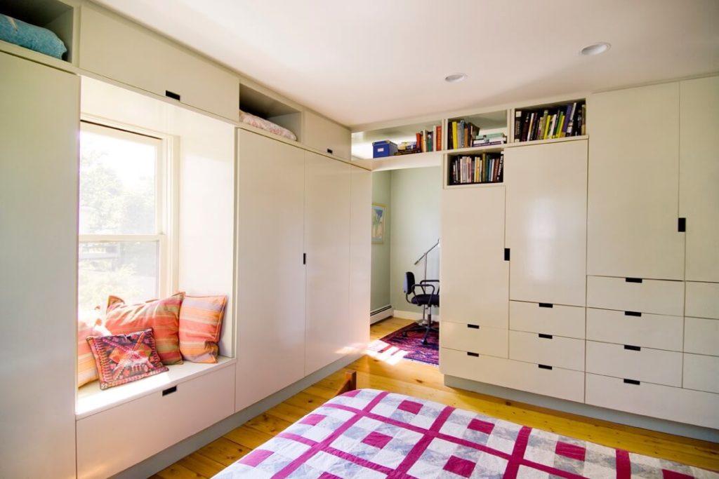 Особенности конструкции шкафа вокруг окна: практическая реализация
