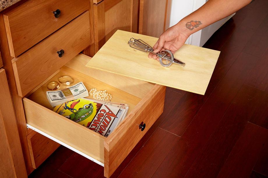 Тайник под дном ящика шкафа