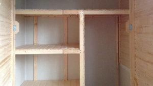 Встроенный стеллаж с дверцами на лоджии