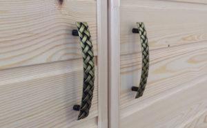 Металлические ручки для деревянных дверей