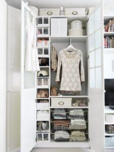 Белый тесный шкаф для одежды