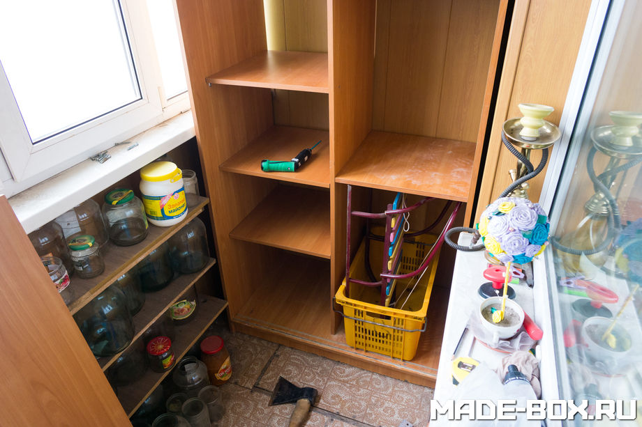 Размещение детских санок в шкафу на балконе