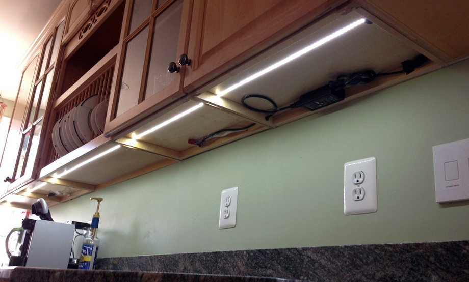 Подсветка внизу шкафов