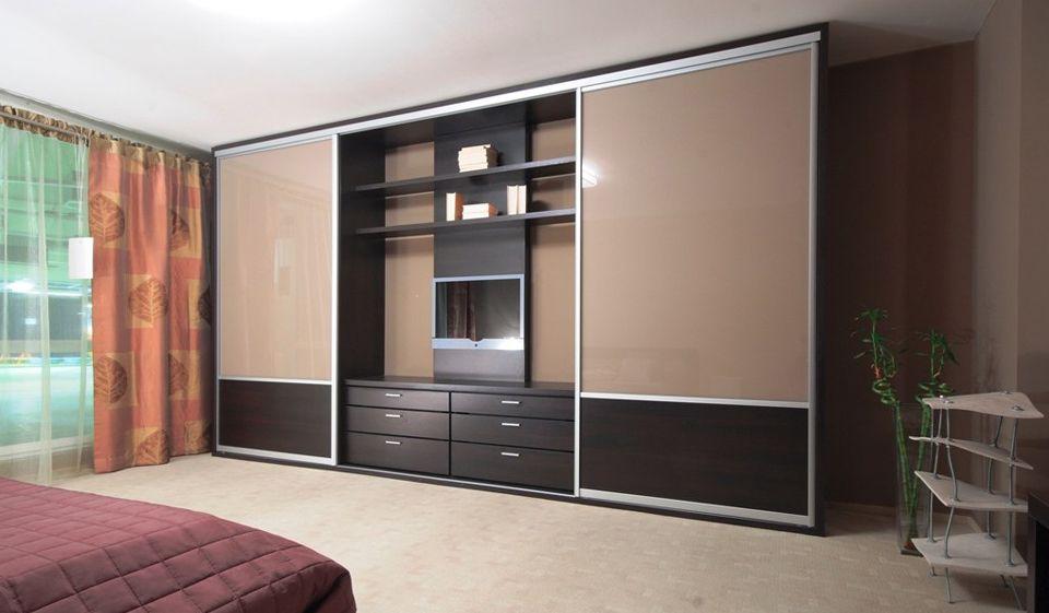 Широкий высокий шкаф с телевизором