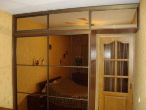 Гардероб вокруг двери со стеклом