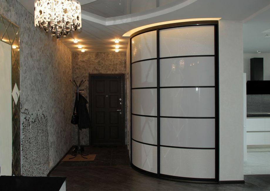 Как выбрать глянцевый шкаф-купе белого и чёрного цвета для спальни и прихожей?