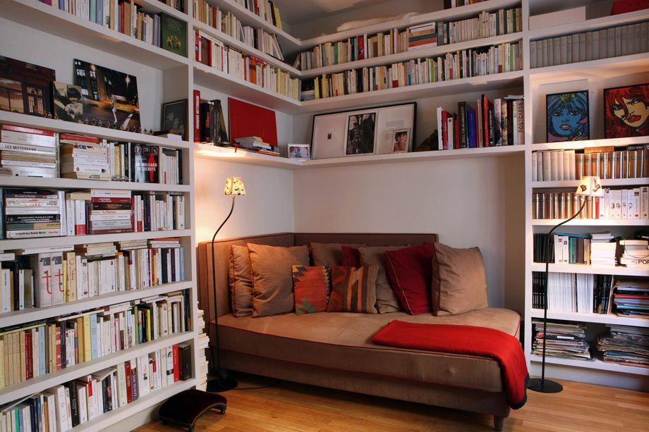 Книжный стеллаж над кроватью