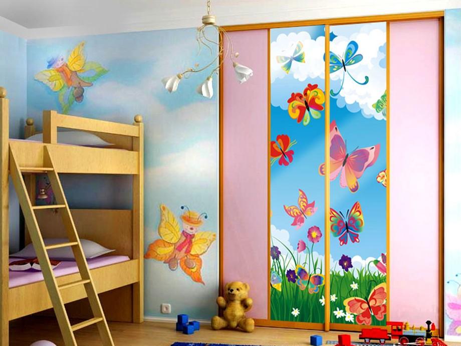 Встроенный гардероб для ребенка с розовыми фасадами