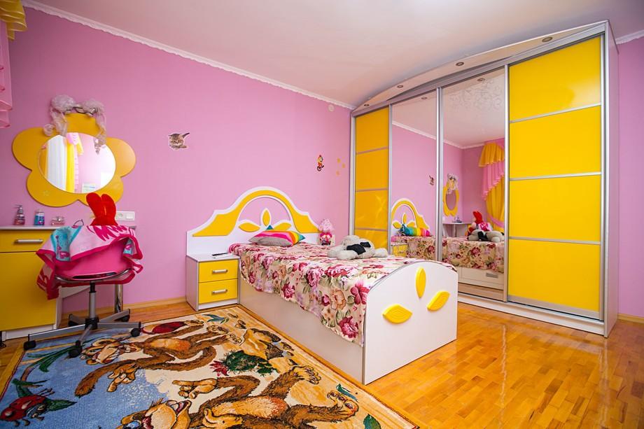 Детская комната с розовым и жёлтым оформлением