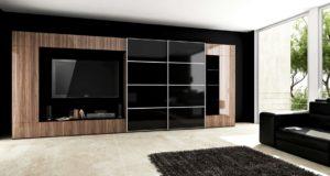 Широкий гардероб с глянцевыми чёрными раздвижными дверями