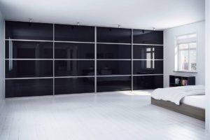 Встроенный шкаф-купе во всю стену чёрное стекло