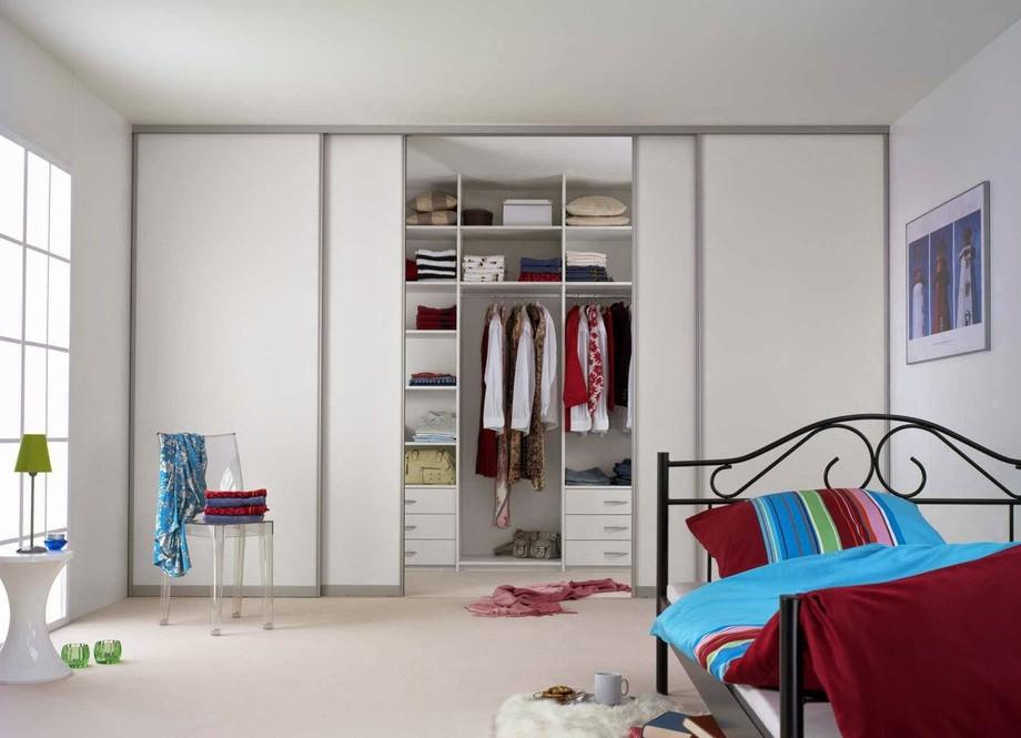 Широкий встроенный гардероб для подростка