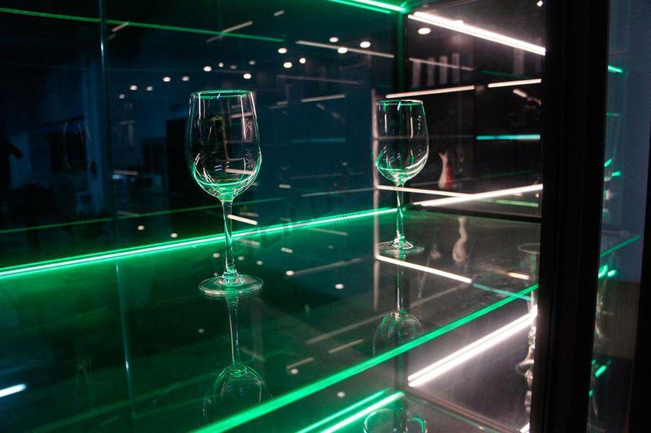 Методы освещения стеклянной полки в шкафу